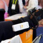 Перчатка NeoMano для людей страдающим параличом рук